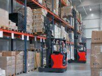 Operator wózka widłowego praca w Holandii na magazynie wysokiego składowania, Aalsmeer